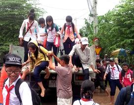 Thuê xe ô tô đưa 900 học sinh vượt lũ đến trường