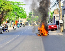 Xe máy bốc cháy dữ dội khi đang đi chơi Tết
