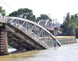 """Ba nhân viên gác chắn """"chặn"""" đoàn tàu khỏi lao xuống sông khi cầu sập"""
