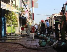 Cơ sở điện lạnh cháy dữ dội, dân ôm bình gas tháo chạy