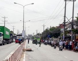 Xe buýt kéo lê xe máy hàng chục mét, 1 người chết thảm