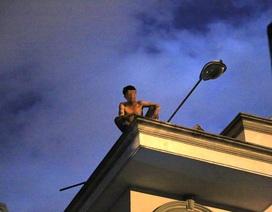 Hàng chục cảnh sát suốt đêm giải cứu nam thanh niên trên nóc nhà