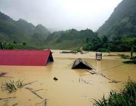 Hàng chục nóc nhà ở Điện Biên vẫn chìm nghỉm trong nước