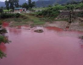 """Xác định nguyên nhân gây dòng suối """"máu"""" bất thường ở Điện Biên"""