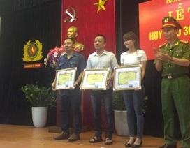 Ba phóng viên được Công an TP Hà Nội trao tặng giấy khen