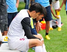 Công Vinh an ủi Minh Châu sau chấn thương nặng