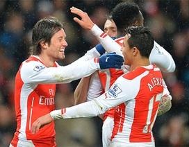 10 người của Arsenal vẫn thắng QPR