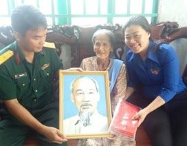 Tỉnh đoàn Hậu Giang tặng ảnh Bác cho Mẹ Việt Nam anh hùng