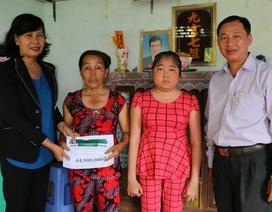 Trao gần 45 triệu đồng đến nữ sinh bị phù nề toàn thân không tiền chữa trị