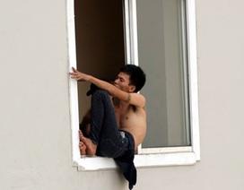 """Hà Nội: Lời khai nam thanh niên """"làm xiếc"""" trên tầng 21 chung cư"""