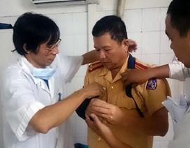 Hà Nội: Nam thanh niên say rượu ném gãy tay CSGT