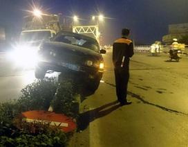 """Hà Nội: Xe BMW biển xanh """"chễm chệ"""" trên dải phân cách"""