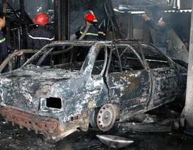 Hà Nội: Lửa bao trùm gara, ô tô cháy trơ khung