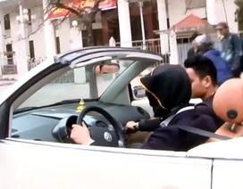 Kinh hãi nhìn người đàn ông trùm kín mặt lái xe Volkswagen ở Hà Nội
