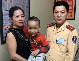 Hà Nội: CSGT tìm mẹ giúp cháu bé đi lạc gần chợ Long Biên