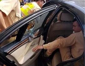 Hà Nội: Cảnh sát đập kính xe BMW giải cứu tài xế bị ngất