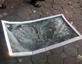 """Hà Nội: Hú hồn vì cửa kính """"bay"""" từ tầng 11 xuống đất"""