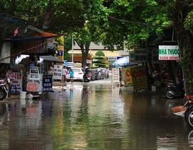 """Nước cống """"bủa vây"""" Bệnh viện Phụ sản Hà Nội"""