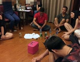 """Hà Nội: Hàng chục nam thanh nữ tú """"bay lắc"""" trong khách sạn"""