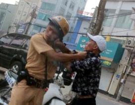 Hà Nội: CSGT bị nam thanh niên túm cổ áo đánh tới tấp