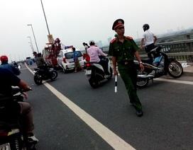 Tài xế taxi chết dưới cầu Nhật Tân: Nạn nhân rạch tay tự tử