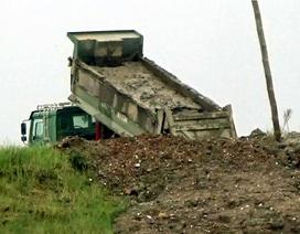 """Mật phục đoàn xe """"ma"""" chở bùn thải độc đổ thẳng xuống sông Hồng"""