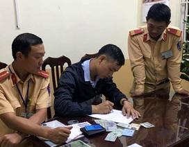 Hà Nội: CSGT trả lại chiếc ví nhặt được cho quân nhân