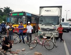 Ùn tắc nghiêm trọng vì dân chặn đường lên sân bay Nội Bài