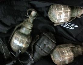 """Phát hiện nhiều súng, lựu đạn trong phòng ngủ của """"trùm"""" ma túy"""