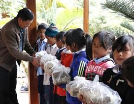Nhà trường tặng bánh chưng cho tất cả học sinh