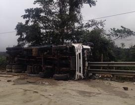 Suốt đêm cứu tài xế xe tải bị lật úp trên đèo Lò Xo