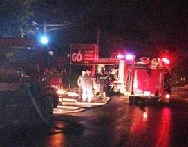 Cháy xưởng gỗ lúc nửa đêm, cả khu phố náo loạn