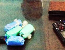 Bắt giữ 2 bố con nhét ma túy vào bao cao su đi tiêu thụ