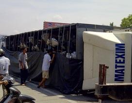 """Xe tải cùng hơn 60 xe máy """"chổng vó"""" trên quốc lộ"""