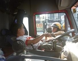 Phạt nặng tài xế đỗ xe container giữa đường để ngủ