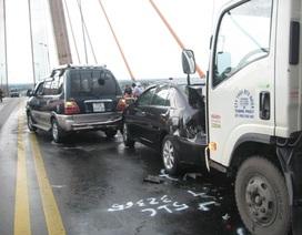 4 ô tô tông nhau, cầu Rạch Miễu kẹt cứng