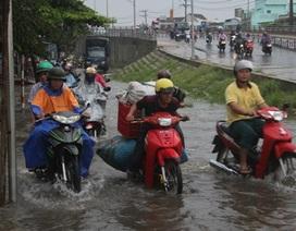 """Mưa lớn, đường phố chìm trong """"biển"""" nước"""