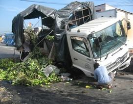 Xe tải leo dải phân cách, chuối đổ tràn đường