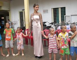 Hoa hậu Nga mặc áo dài làm từ thiện