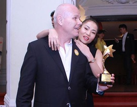 Thu Minh không ngại thể hiện tình cảm với chồng