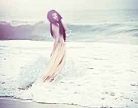 Đồng Lan bán khoả thân trên biển