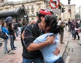 Những cái ôm ngọt ngào trong lễ hội ôm ở Bolivia
