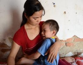 Bố mẹ bệnh nặng ôm con bị ung thư máu giữa ngôi nhà sắp sập
