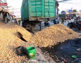Xe container lật nhào, hàng chục tấn mì đổ xuống đường