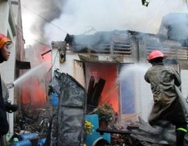 Xưởng gỗ bốc cháy dữ dội trong đêm khuya