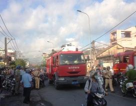 Nhiều lực lượng khẩn trương dập tắt đám cháy gần chợ Thủ Đức