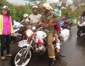 CSGT dầm mưa đưa nam thanh niên bị tai nạn đi cấp cứu