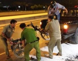Xe máy bốc cháy trơ khung ngay cửa hầm vượt sông Sài Gòn