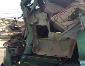 Xe tải tông nhau nát đầu, tài xế mắc kẹt trong cabin