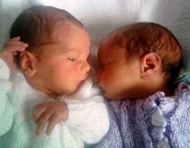 Cặp song sinh chào đời ở 2 nước khác nhau